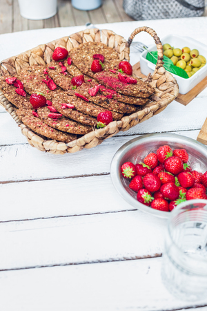 healthy homemade strawberries biscuits from oat flakes laid on a white garden rustic table 版權商用圖片 - 107100177