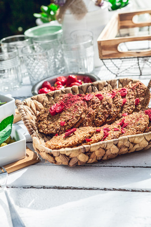 healthy homemade strawberries biscuits from oat flakes laid on a white garden rustic table 版權商用圖片 - 107100202