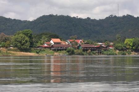 si: Village on Mekong river