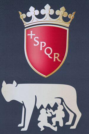 spqr: El s�mbolo de Roma. SPQR es una sigla de una frase en lat�n, en referencia al gobierno de la antigua Rep�blica romana, y se utiliza como un emblema oficial de la municipalidad moderna de Roma Foto de archivo