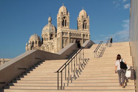 """marseille: Marseille, Frankrijk, 2 oktober 2014: Kathedraal van Marseille, genaamd Cathdrale Sainte-Marie-Majeure of """"Cathédrale de la Major"""", is een rooms-katholieke kathedraal in Marseille, gebouwd op een enorme schaal in Byzantijnse-Romeinse stijl uit 1852 naar 1896."""