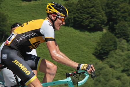 PIERRE SAINT-MARTIN, FRANCE, July 14, 2015 : Dutch profesionnal cyclist Robert Gesink leads the 10th stage of Tour de France in the last climb to Pierre Saint-Martin. Редакционное