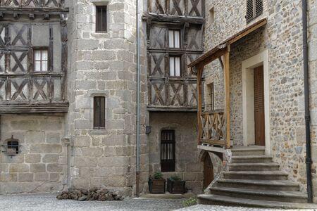 edad media: Châteldon, FRANCIA 7 de mayo de 2016: Chateldon es un pueblo medieval en la parte norte de la Auvernia. Data de la Edad Media, con muchos de sus edificios que datan del siglo 14. Editorial