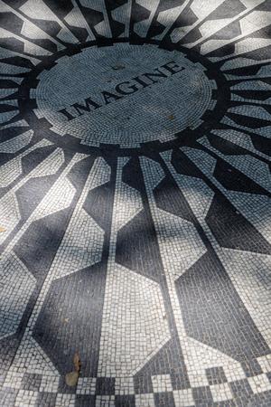 NEW YORK CITY, USA, am 10. September 2017: Central Park Strawberry Fields. Am 9. Oktober 1985, dem Tag, an dem John Lennon Geburtstag hatte, widmete New York City einen Teil des Parks seinem Andenken.