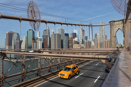 NEW YORK CITY, VS, 11 september 2017: Brooklyn Bridge. De Brooklyn Bridge is een hybride hangbrug met kabelbrug en is een van de oudste bruggen in de VS. Het verbindt de stadsdelen van Manhattan en Brooklyn door de East River te omspannen. Redactioneel