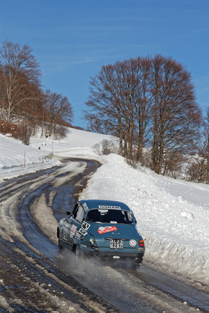 VASSIEUX, FRANCE, February 4, 2019 : Winter rally on the Vercors Roads. Rallye Historique is reserved to those cars which have participated in the Rallye Monte-Carlo before 1980. 写真素材 - 117248823