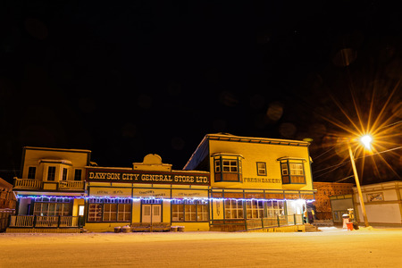 DAWSON CITY, YUKON, CANADA, March 11, 2019 : Night on the old town. Dawson City is linked to the Klondike Gold Rush and featured prominently in the novels of American author Jack London. 新聞圖片