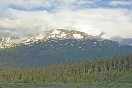 꼭대기가 눈으로 덮인: 스워드, 알래스카로가는 길에 계곡에서 눈 덮인 산에서 찾고