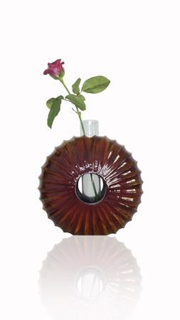 room accents: Rose in lucido legno di mango dipinto vaso isolato su sfondo bianco