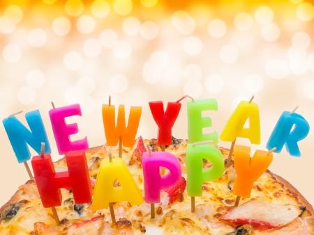 ピッツァ カラフルなキャンドルが新年あけましておめでとうございます 写真素材