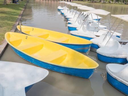 fiberglass: Barcos de fibra de vidrio de remo y pedal en el Agua