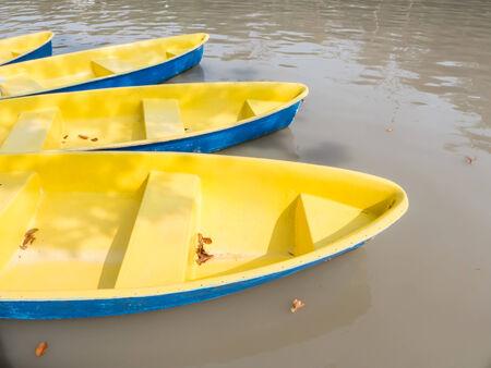 fiberglass: Barcos de fibra de vidrio de remos en el agua Foto de archivo