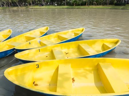 fibra de vidrio: Barcos de fibra de vidrio de remos en el agua Foto de archivo