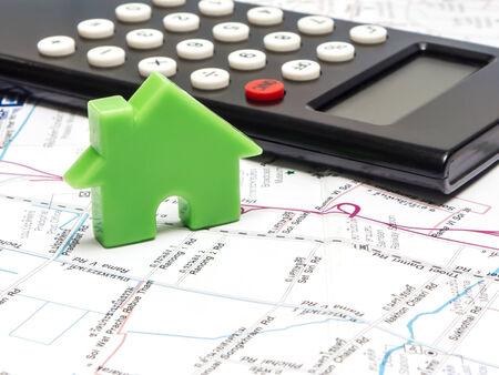 緑の家とプロパティの概念は、マップ上の電卓 写真素材