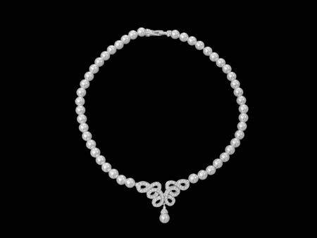 Close up pearl jewelry necklace isolated on black background Foto de archivo