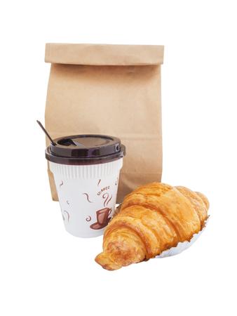 朝食に行く、コーヒー、クロワッサン、白い背景で隔離の紙袋