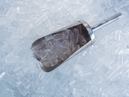 close up ice cubes and stainless ice scoop Foto de archivo