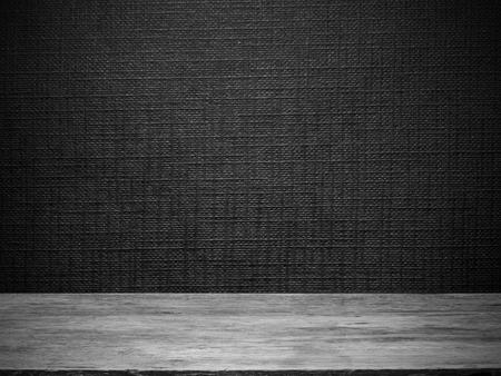 houten vloer en zwart behang met lijn reliëf patroon voor de achtergrond Stockfoto