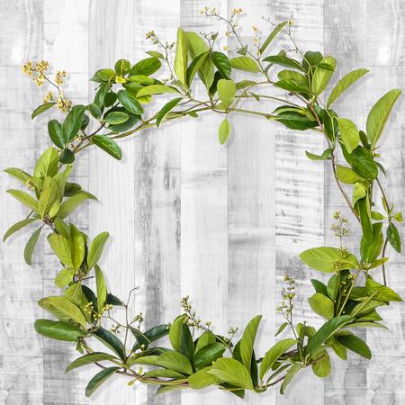 木の板の背景につる花の花輪 写真素材