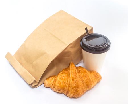 colazione: Colazione di andare, caff� e croissant con il sacchetto di carta su sfondo bianco Archivio Fotografico