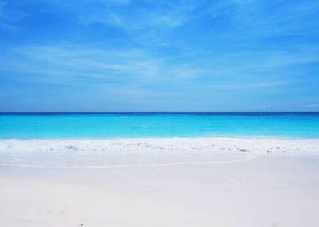 azul turqueza: Arena blanca con mar turquesa y cielo azul claro. Playa de verano de fondo Foto de archivo