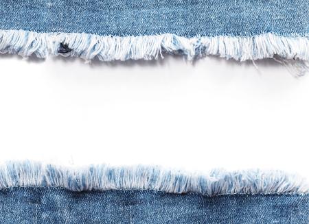 블루 데님 청바지 가장자리 프레임 흰색 배경 위에 찢어진 파괴 찢 어.