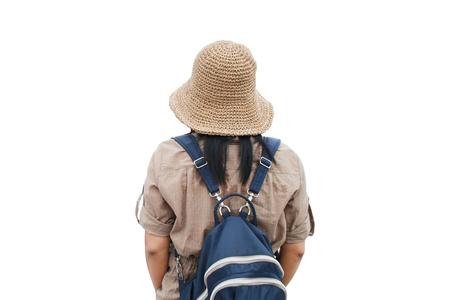 Vue arrière du touriste asiatique aux cheveux longs et sac à dos bleu isolé sur fond blanc. Banque d'images