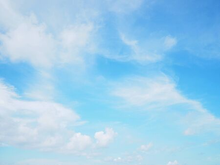 Blauer Himmel und Wolken für natürlichen Hintergrund im Freien Standard-Bild