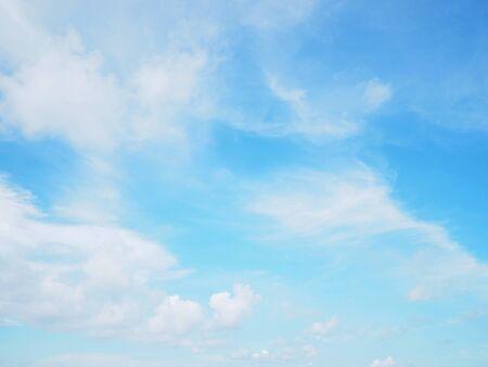 Blauwe lucht en wolken voor natuurlijke buitenachtergrond Stockfoto