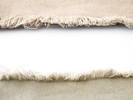 Cornice bordo di denim beige strappato distrutto strappato su sfondo bianco.