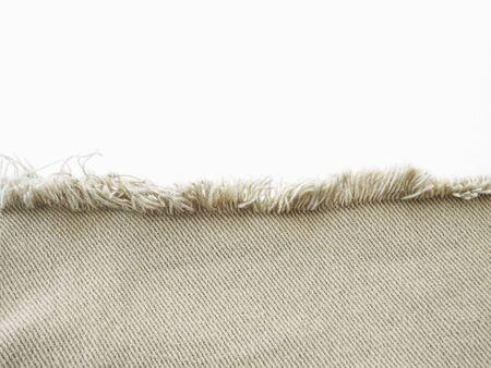 Cadre de bord de denim beige déchiré détruit déchiré sur fond blanc.