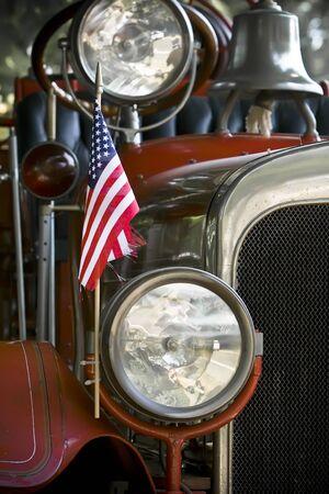 camion pompier: Drapeau américain et d'une cloche sur camion à incendie antique.