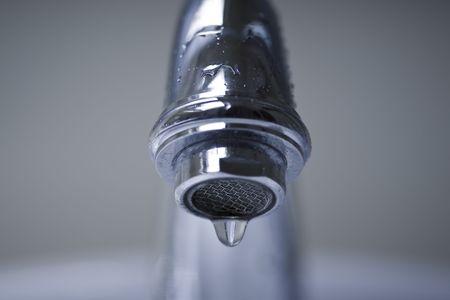 drippings: Goteo de agua de plata, ba�o de cromo grifo. Foto de archivo