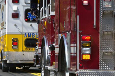 camion pompier: Plusieurs véhicules d'urgence la queue, parfois avec des feux clignotants.