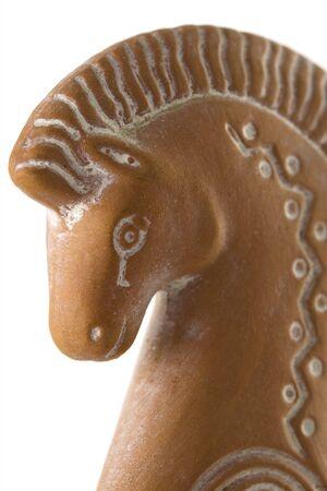 cavallo di troia: Un argilla modellato Trojan Horse quanto riguarda l'acquisto di un souvenir in Grecia, dal momento che spezzato e incollati.  Archivio Fotografico