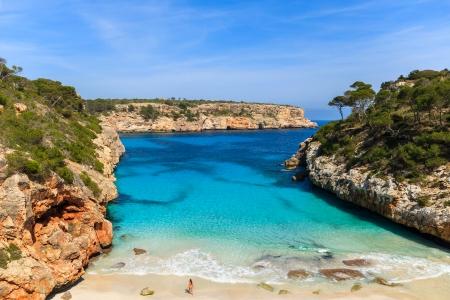 Niezidentyfikowany atrakcyjna młoda kobieta w stroju kąpielowym na plaży piękne lazurowe morze wody zatoki Cala des Moro, Wyspa Mallorca, Hiszpania Zdjęcie Seryjne