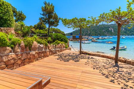 Passeggiata costiera lungo la spiaggia di Santa Giulia, isola di Corsica, Francia