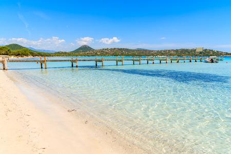 Pilastro di legno ed acqua di mare azzurrata della spiaggia di Santa Giulia, isola di Corsica, Francia