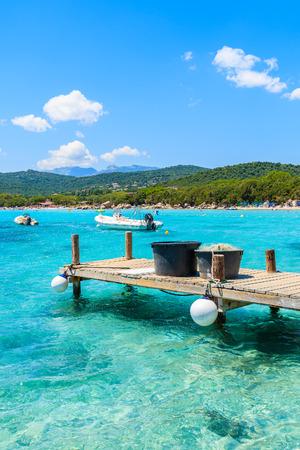 Hölzerne Anlegestelle und azurblaues Meerwasser von Santa Giulia bellen, Korsika-Insel, Frankreich