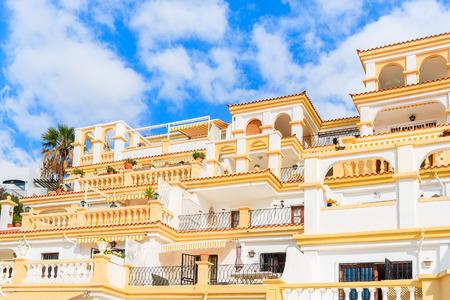 Widok typowych apartamentów wakacyjnych w stylu kanaryjskim w Costa Adeje, Teneryfa, Wyspy Kanaryjskie, Hiszpania