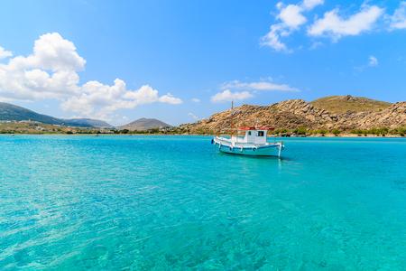 Typische Griekse vissersboot die op turkoois zeewater op Paros-eiland varen, Griekenland Stockfoto