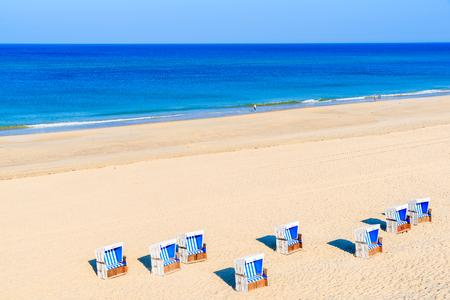 Rieten stoelen op Westerland-strand, Sylt-eiland, Duitsland Stockfoto