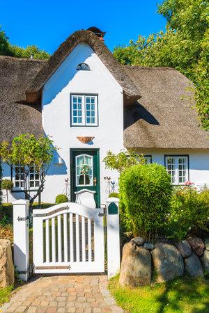 Standard Bild Typisches Weißes Friesisches Haus Mit Strohdach In Keitum  Dorf Auf Sylt Insel, Deutschland