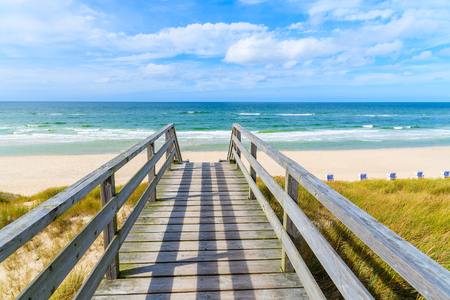 Wooden walkway on sand dune leading to beach in List village, Sylt island, Germany 免版税图像