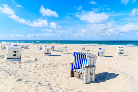 Krzesła na plaży z białym piaskiem w miejscowości Kampen, wyspa Sylt, Niemcy