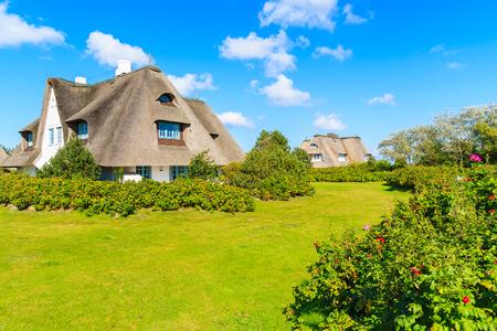 Typische Frisian-huizen met strodak in Keitum-dorp op Sylt-eiland, Duitsland Stockfoto