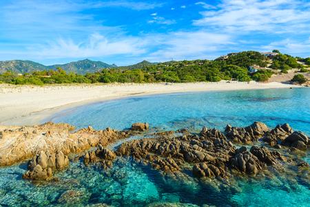Rotsen op het strand van Porto Giunco ??en glashelder turkoois zeewater, het eiland van Sardinige, Italië