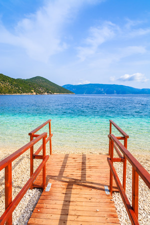 Wooden walkway to beautiful Antisamos beach on Kefalonia island, Greece 免版税图像