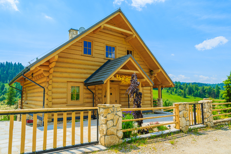 Traditional wooden mountain house on in summer, Szczawnica, Pieniny Mountains, Poland Standard-Bild