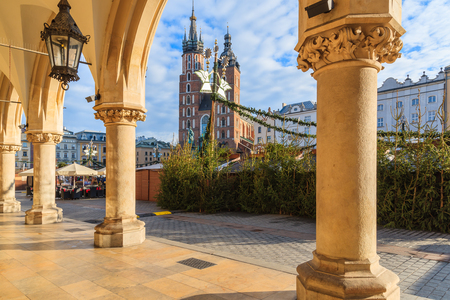 View of Mariacki church from Cloth Hall building Sukiennice on main market square of Krakow city during Christmas fairs, Poland Imagens